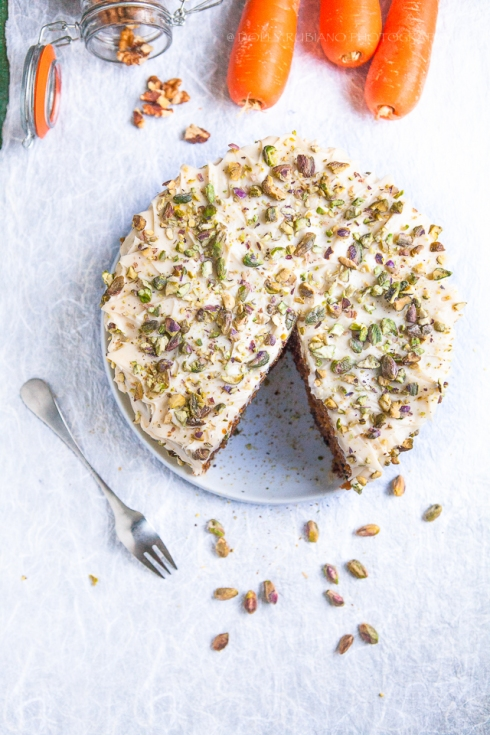 Carrot cake with pistachios and walnuts